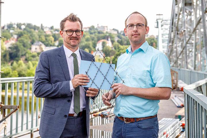 Baubürgermeister Raoul Schmidt-Lamontain (43, Grüne) und der Brücken-Chef im Rathaus, Andreas Gruner, (35, r.), zeigen die neue Brückenfarbe.