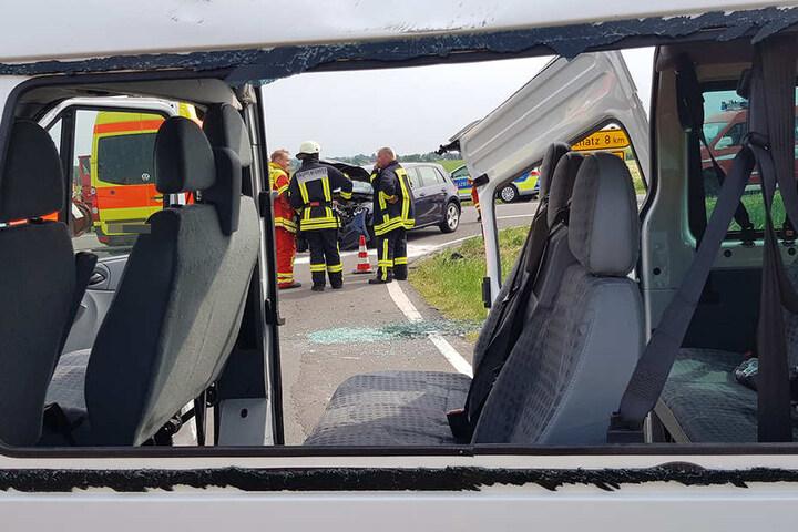 Der Schülertransport-Wagen wurde durch den Aufprall heftig beschädigt.
