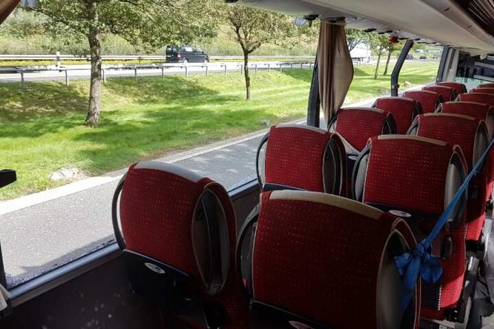 Wrack aus Verkehr gezogen Komplett zerstörter Bus aus Sachsen auf Autobahn unterwegs