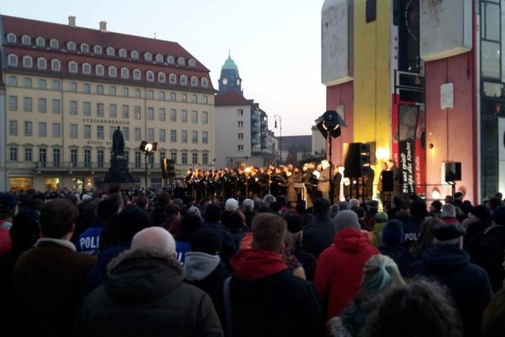 Zahlreiche Dresdner verfolgen auf dem Neumarkt die Rede von OB Dirk Hilbert.