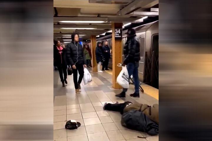 Nach seiner Attacke nahm der Fahrgast seine Sachen und ging zu Fuß davon. U-Bahn wollte er wohl erstmal nicht mehr fahren.