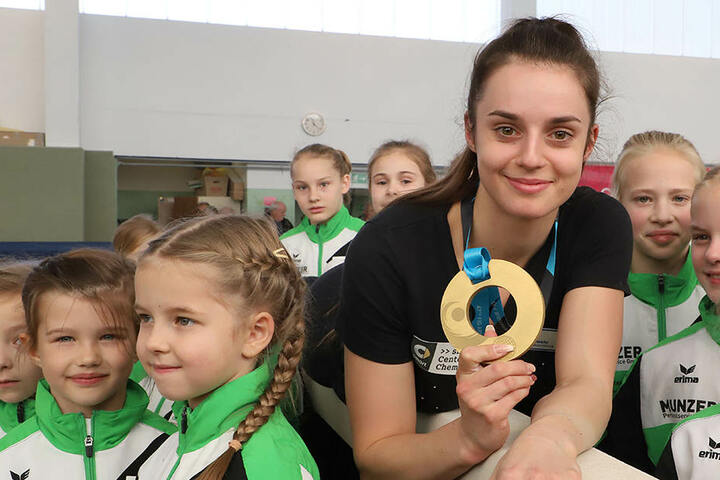 Pauline Schäfer präsentiert stolz ihre Goldmedaille.