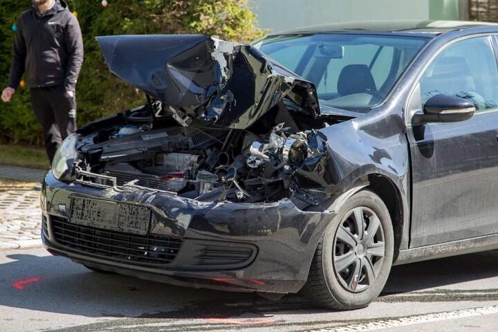 Der VW musste nach dem Unfall abgeschleppt werden.