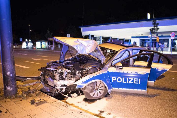 Das Auto fuhr offenbar mit voller Wucht gegen den Mast.