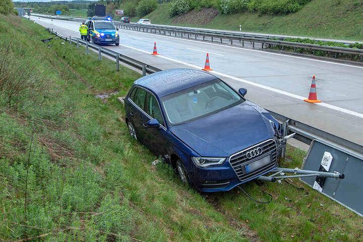 Der Audi landete bei dem Crash hinter der Leitplanke.