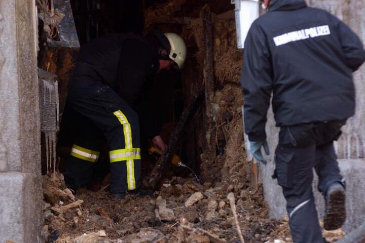 Brandermittler suchen in der Ruine nach Spuren. Nur mühsam kommen sie dabei voran.