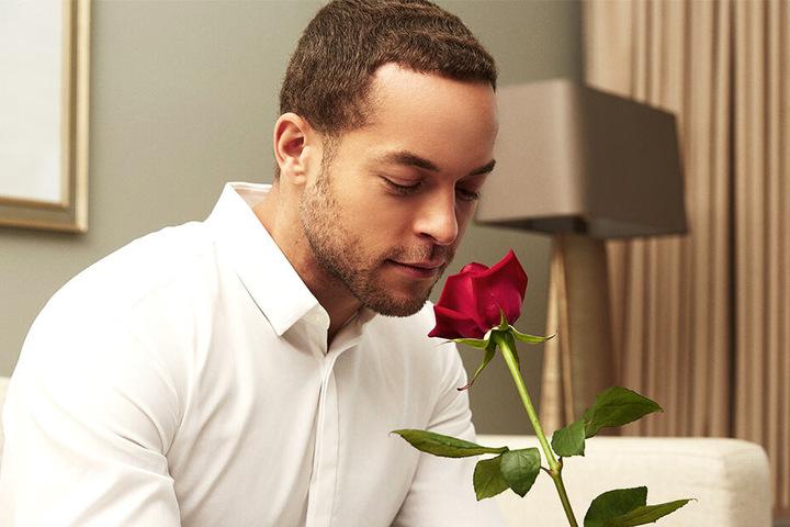 Der Bachelor Andrej Mangold (32) grübelt, an wen er seine Rose überreichen soll.