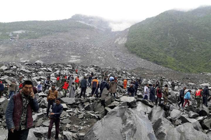Nach Angaben der Staatsmedien wurde das Dorf  mit rund 46 Haushalten verschüttet. Die Erdmassen hatten sich von einem hohen Berghang gelöst.