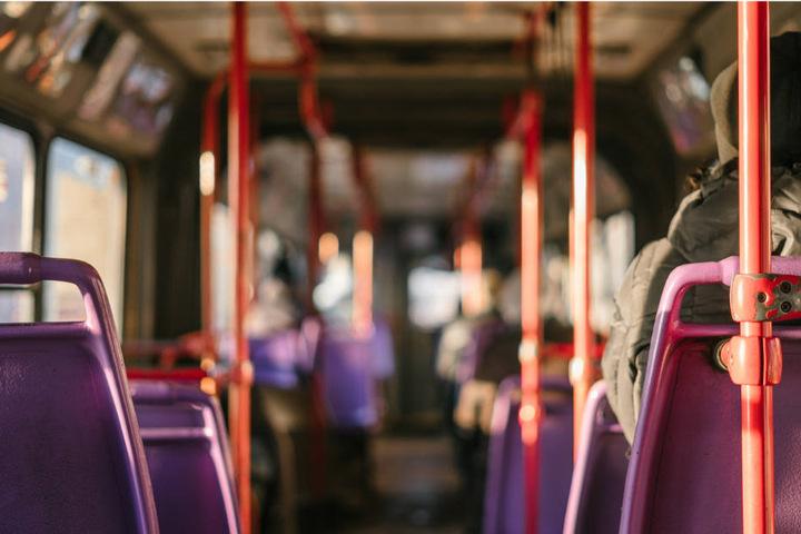 Warum die Frau in dem Bus stürzte ist derzeit noch unklar. (Symbolbild)