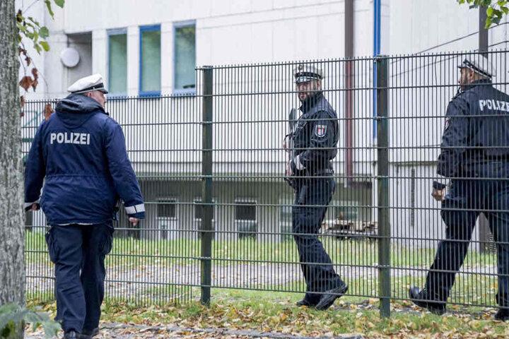 Polizisten patrouillieren vor der jüdischen Synagoge in Hamburg im Stadtteil Eimsbüttel.