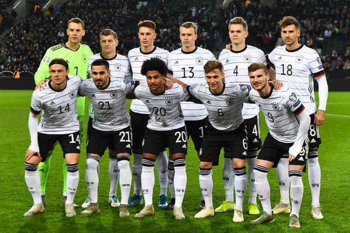 Matthias Ginter (obere Reihe, zweiter von rechts) wurde von den Fans mit großem Abstand zu ihrer Nummer eins gewählt.