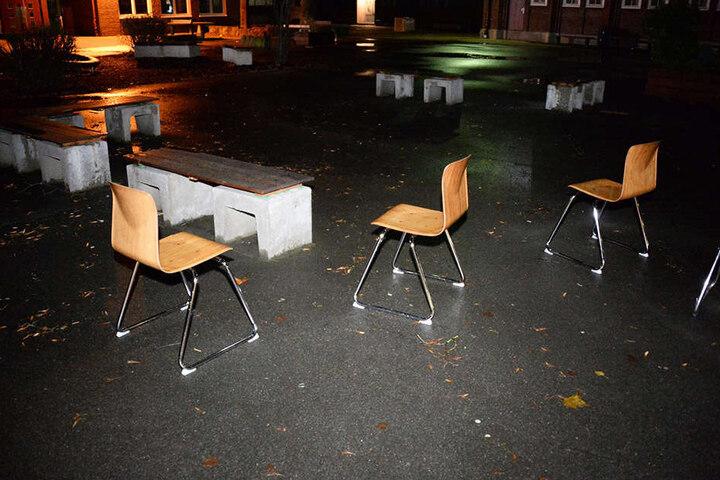 Auf dem Schulhof verteilten die Einbrecher ein paar Stühle.