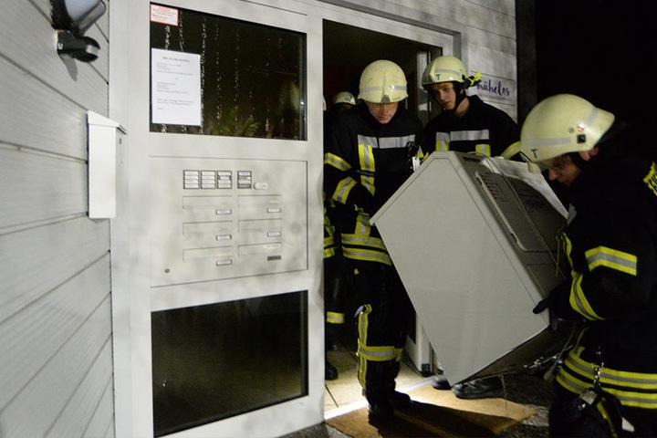Die Einsatzkräfte trugen die Maschine aus dem Haus raus.