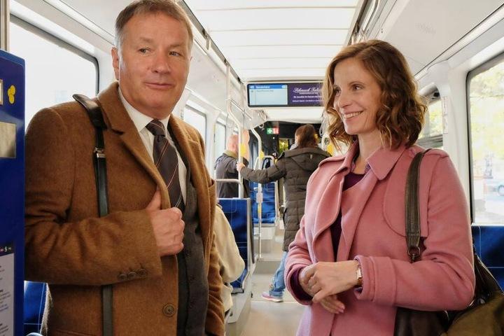 In selbst in der Straßenbahn wird geflirtet. LVB-Mitarbeiterin Katja Brückner denkt zunächst, Klinikleiter Dr. Roland Heilmann sei ein Schwarzfahrer. Aus dem Verdacht entwickelt sich ein vielversprechender Flirt.