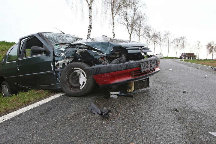 Der Peugeot wurde bei dem Unfall in den Graben geschleudert.