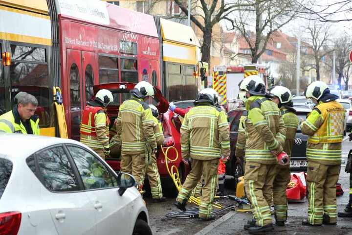 Die Feuerwehr musste die Frau über den Kofferraum aus dem Auto bergen.
