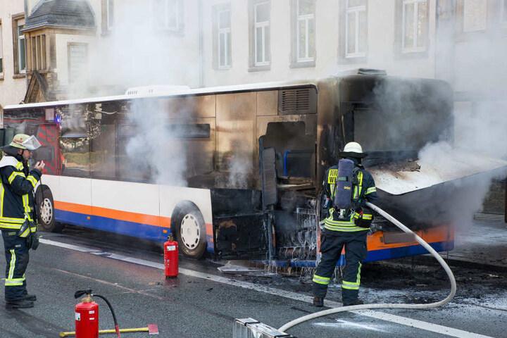 Mitten in der Innenstadt fing der Linienbus plötzlich Feuer.