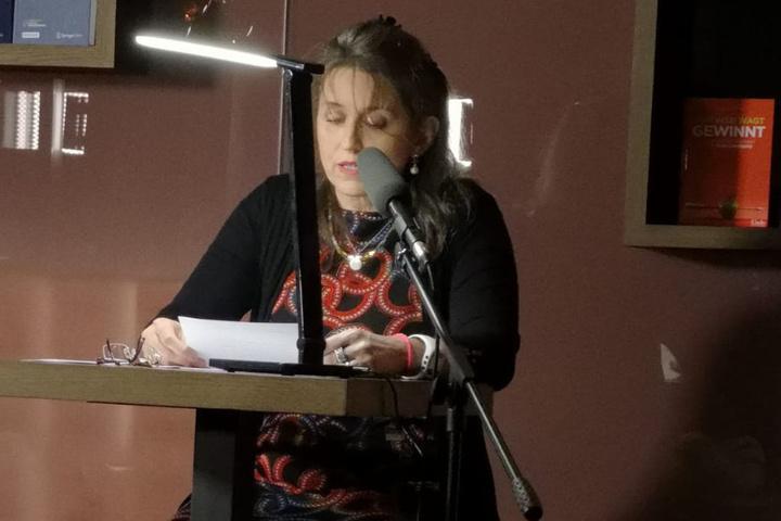 """Hanne Demel bei der Verlesung ihrer Kurzgeschichte """"Die Spinne""""."""
