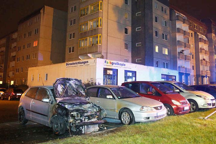 Die Flammen vom VW an derLeipziger Straße griffen auf einen Toyota über.