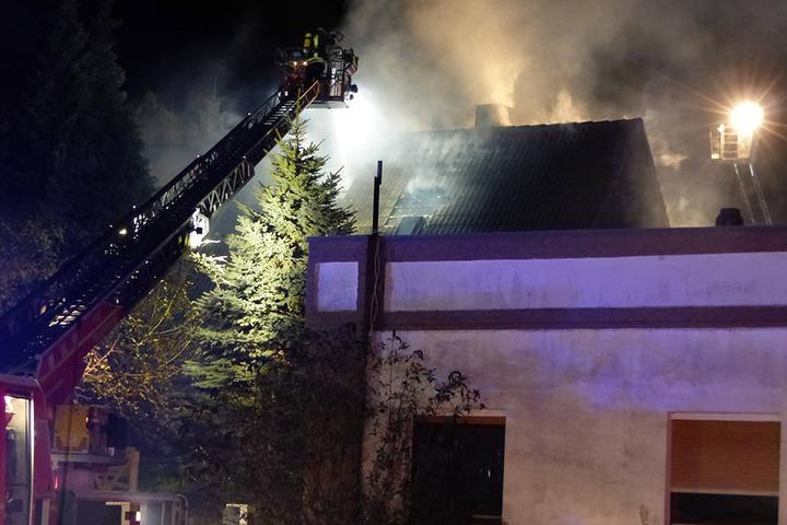 Als die Einsatzkräfte eintrafen, stand der Dachstuhl bereits in Flammen.