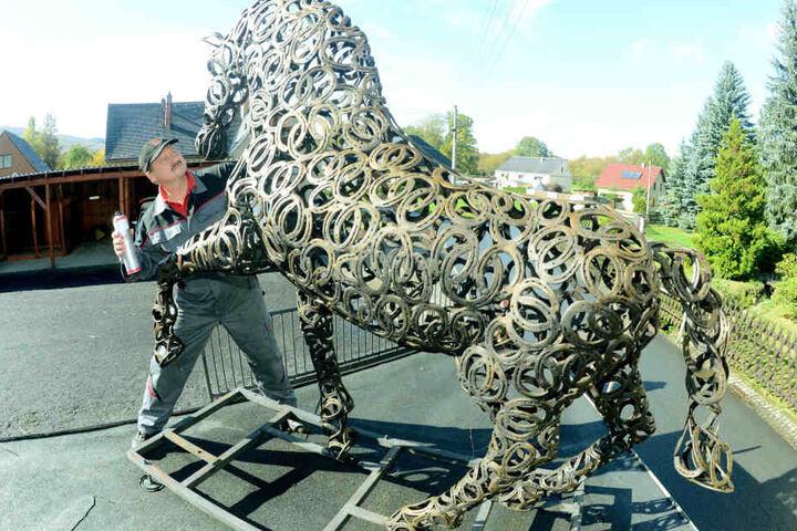 Elaskon-Mitarbeiter Michael Normann (52) lässt es sich nicht nehmen, das  seltene Pferd höchstpersönlich winterfest einzusprühen.