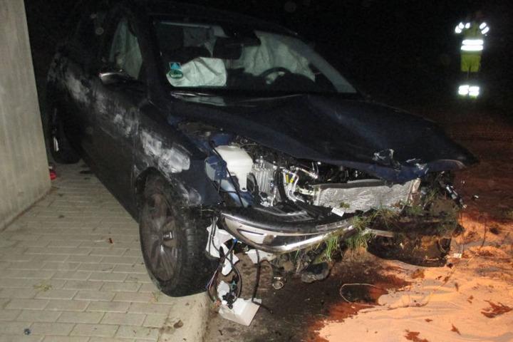 Der Wagen wurde bei dem Aufprall komplett zerstört.