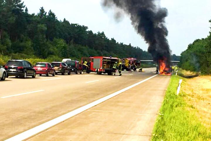 Für die Löscharbeiten musste die Autobahn voll gesperrt werden.