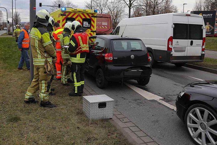 Rettungsdienst und Polizei sind am Unfallort.