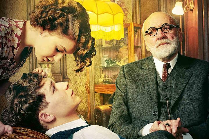 Kann Professor Sigmund Freud (Bruno Ganz, r.) den Liebeskummer von Franz Huchel (Simon Morzé, unten), der sich in Anezka (Emma Drogunova, oben) verguckt hat, kurieren?