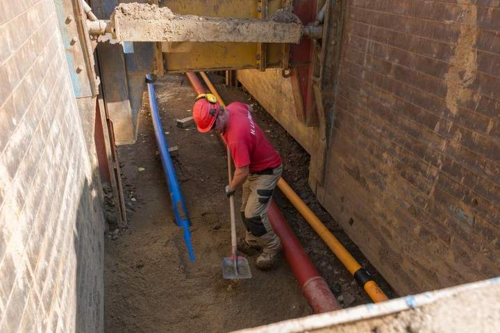Stück für Stück arbeiten sich die Bauleute zum Ziel.