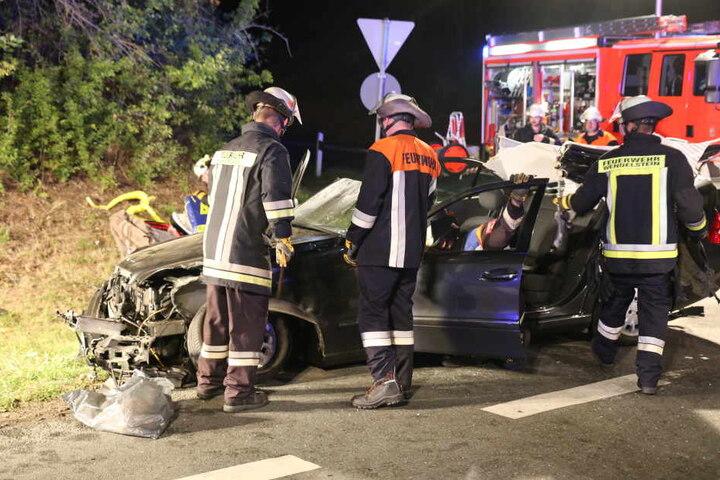 Die Feuerwehr musste die Insassen der Mercedes befreien.
