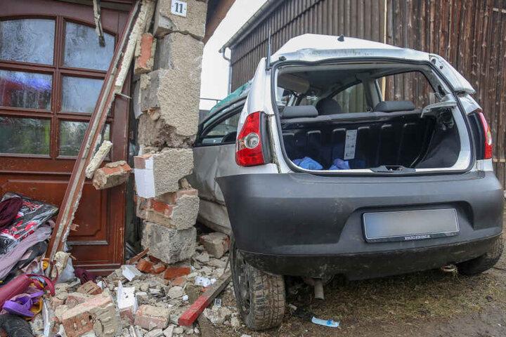 An dem VW und am Haus entstand ein erheblicher Schaden.