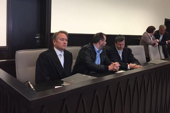Detlev Binder (r.) und Kollege Carsten Ernst (l.) verteidigen Wilfried W. im Prozess.
