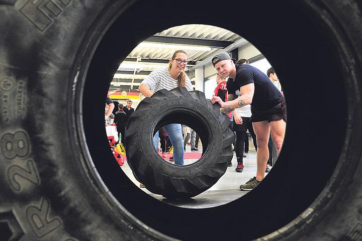 Fit durch Treckergummi-Stoßen: Kathrin Zimmermann (32, l.) versucht sich am 30-Kilo-Reifen der Crossathleten.