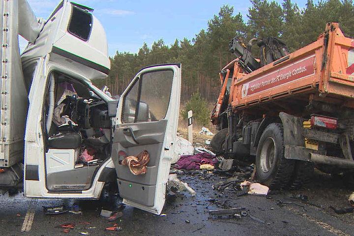 Der LKW-Fahrer kam mit schweren Verletzungen in ein Krankenhaus.