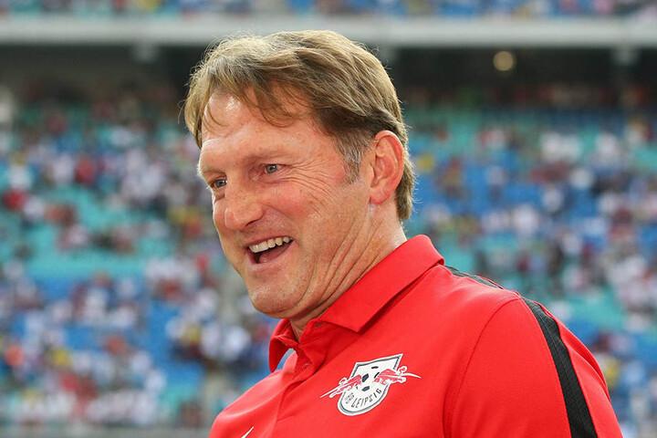 Ralph Hasenhüttel hat gut Lachen. Seine Mannschaft steht derzeit auf Platz fünf. Dennoch hält er die Erwartungen klein.
