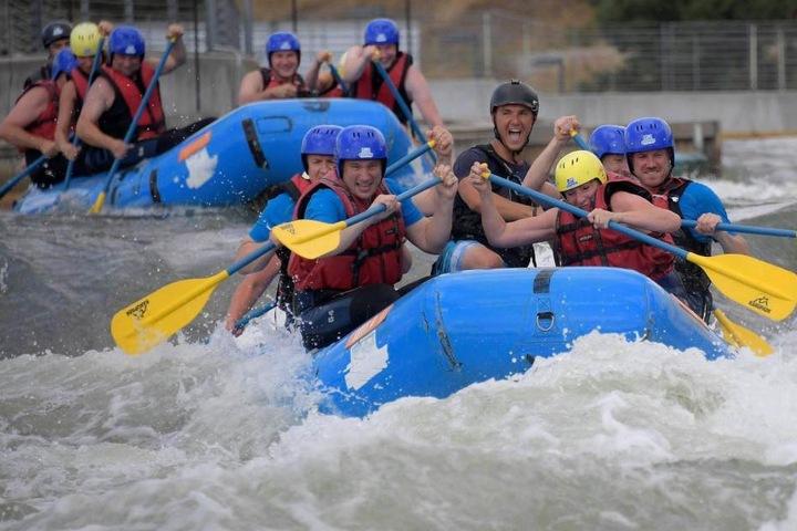 Verkehrsminister Martin Dulig (vorne links) planscht vergnügt beim Wildwasserparcours im Wasser, während andere im Stau stehen.