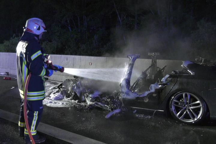 Ein Audi fing Feuer und brannte komplett aus.