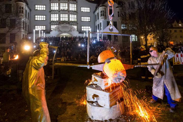 Der erste Versuch des Glockengusses vor dem Gutenberg-Gymnasium scheitert.