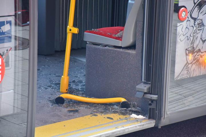Eine Glasscheibe im Bus wurde zerstört.