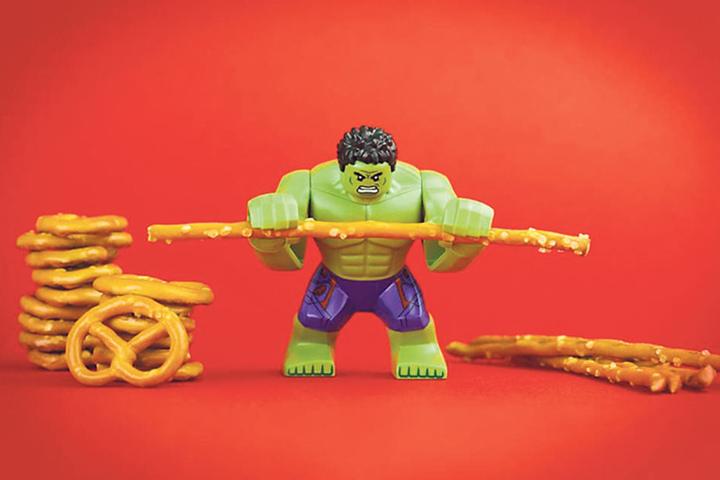 Von wegen Salzstangen sind nur was für Couch-Potatoes: Lego-Hulk stemmt sie  mit verbissener Miene.