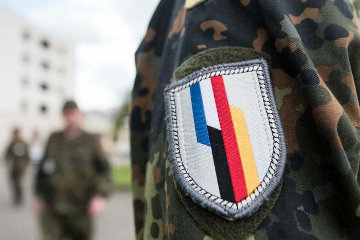 Ein Soldat der deutsch-französischen Brigade steht vor dem Stabsgebäude des Jägerbataillons 291 der Bundeswehr.