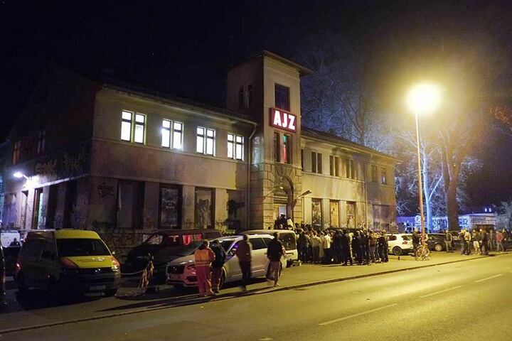 Besucher des Konzerts von Feine Sahne Fischfilet vor dem Alternativen Jugendzentrum (AJZ) in Chemnitz. Das Konzert der linken Punkband war wegen einer Drohung unterbrochen worden.