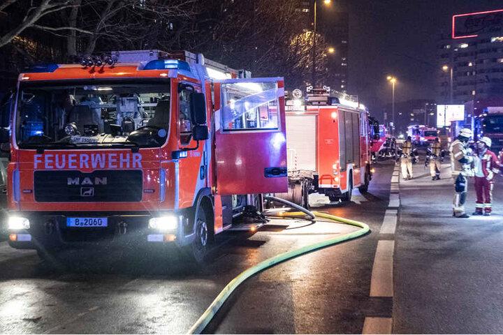 Einsatzfahrzeuge der Feuerwehr stehen an der Leipziger Straße vor einem Wohnhaus. Dort war in einer Wohnung ein Feuer ausgebrochen.