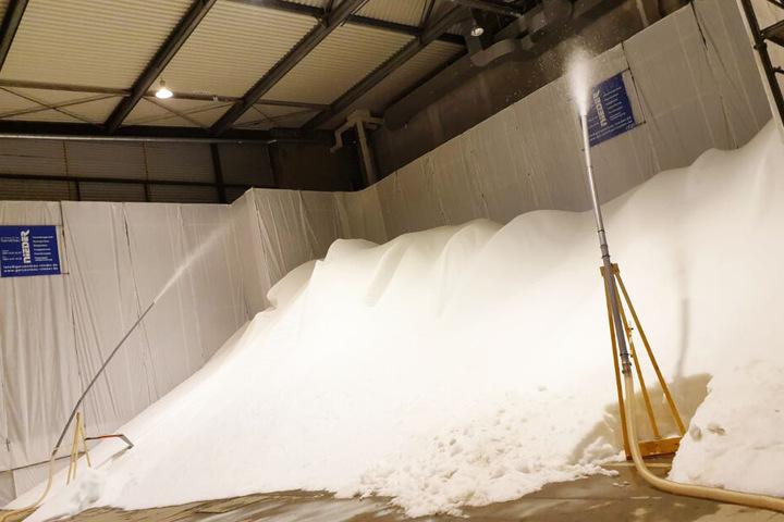 Hoher Stromverbrauch: Diese beiden Schnee-Maschinen produzieren am Flughafen mit gesammeltem Regenwasser seit Wochen rund um die Uhr Kunstschnee.