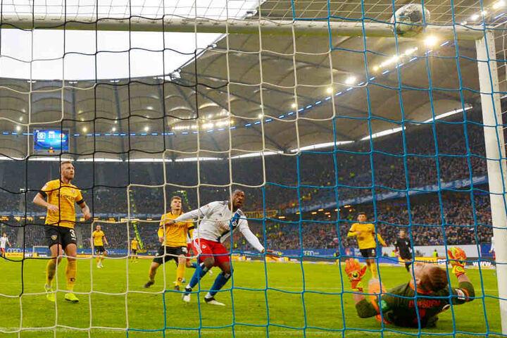 Machtlos musste Dynamo-Torhüter Kevin Broll (am Boden) ansehen, wie Hamburgs David Kinsombi (M.) den Ball in der Nachspielzeit ins Dresdner Gehäuse köpfte.