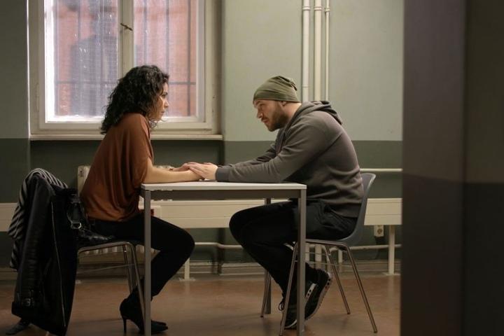 Im Knast besucht Shirin ihren Ehemann.