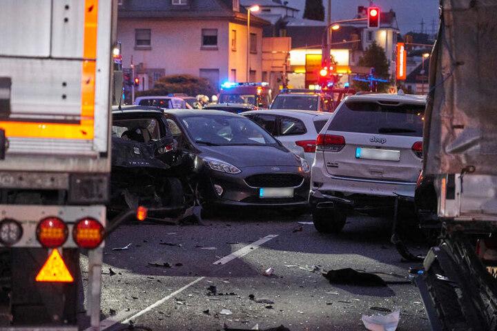 Insgesamt wurden neben dem Unfallfahrer acht weitere Menschen verletzt.
