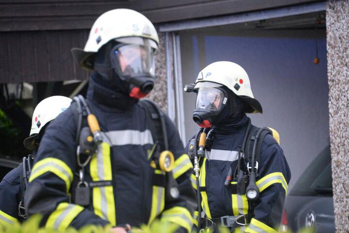 Die Atemschutzgeräte hatten die Feuerwehrmänner bereits im Einsatzfahrzeug angelegt.