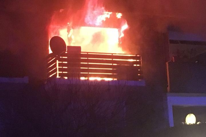 Aus der Wohnung im zweiten Obergeschoss schlugen bereits starke Flammen aus dem Fenster.
